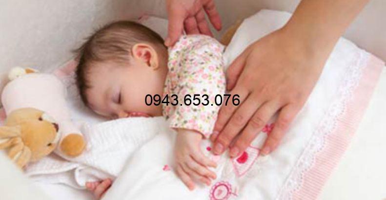 Có nên đắp chăn cho trẻ sơ sinh khi ngủ vào mùa đông